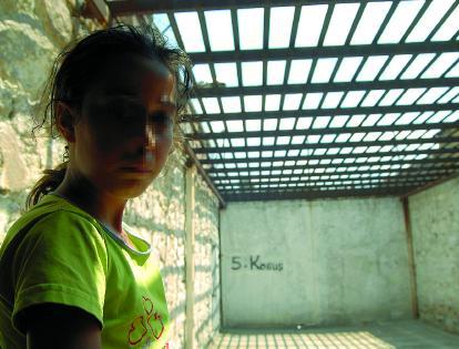 très jeune fille kurde emprisonnée (Mersin, Turquie)