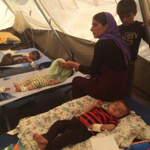 Enfants yézidis souffrant de déshydrattion soignés dans un camp
